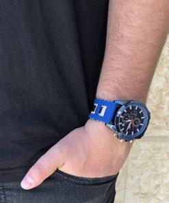 תמונה של בנאדם עם שעונים לגבר בצבע כחול יוקרתי