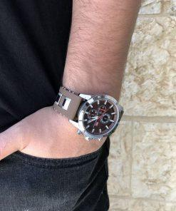 תמונה של בנאדם עם שעון יד לגבר בצבע חום וכסף
