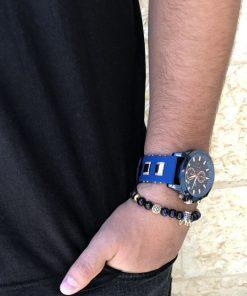 תמונה של בנאדם עם סט שעון וצמיד לגבר בצבע כחול יוקרתי