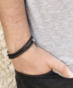 תמונה של דוגמן עם צמיד עור שחור מלופף