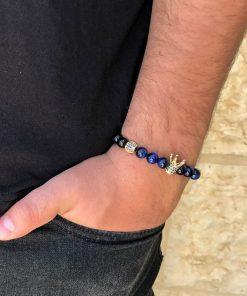 תמונה של בנאדם עם צמידים לגבר בצבע כחול