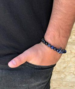 תמונה של בנאדם עם צמידים לגברים בצבע כחול