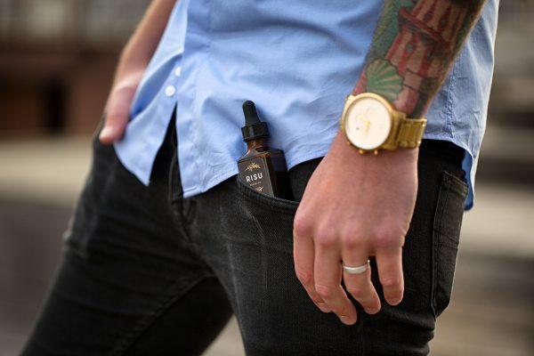 תמונה של בנאדם עם שעון יד לגבר