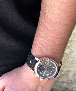 תמונה של בנאדם עם שעון לגבר בצבע שחור וזהב
