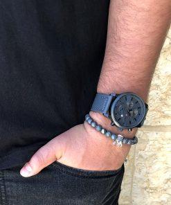 תמונה של בנאדם עם סט שעון וצמיד לגבר