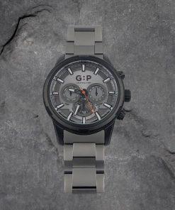 תמונה של שעון אפור על רקע אבנים מיוחד