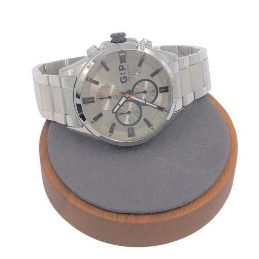 תמונה של שעון לגבר בצבע כסף עם אלמנט כתום