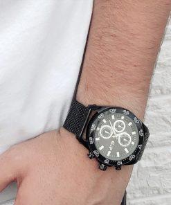 תמונה של דוגמן עם שעון שחור לגבר עשוי פלדה