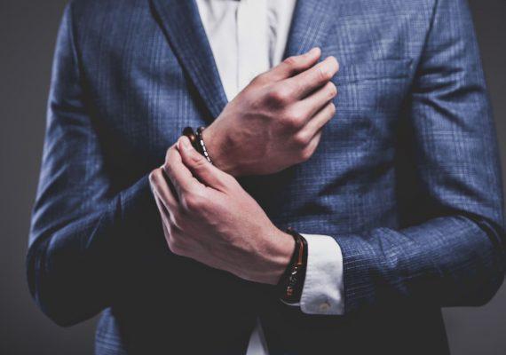 תמונה של בנאדם עם תכשיטים בזול