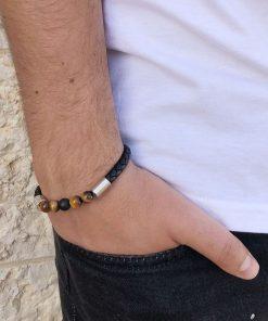 תמונה של דוגמן עם צמיד עור לגבר בצבע שחור וחרוזים חומות