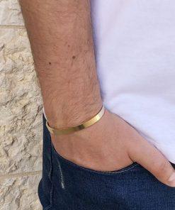 תמונה של דוגמן עם צמיד פלדה לגבר בצבע זהב