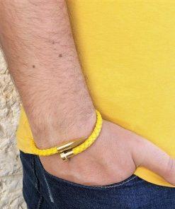 תמונה של דוגמן עם צמידים לגבר בצבע צהוב