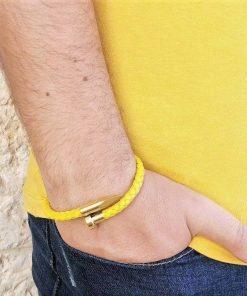 תמונה של דוגמן עם צמיד לגבר בצבע צהוב מיוחד