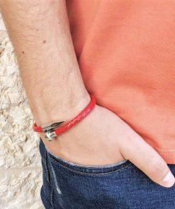 תמונה של דוגמן עם צמידים לגבר בצבע אדום יוקרתי