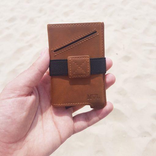 תמונה של דוגמן מחזיק ארנק לגבר בצבע חום מיוחד