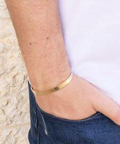 תמונה של דוגמן עם צמידים לגבר בצבע זהב עשוי פלדה
