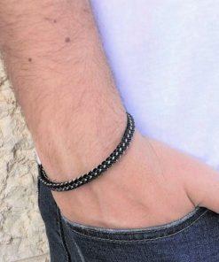תמונה של דוגמן עם צמידים לגבר בצבע שחור עשוי פלדת אל חלד