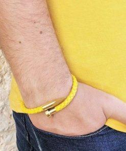 תמונה של דוגמן עם צמידים מעור לגבר בצבע צהוב