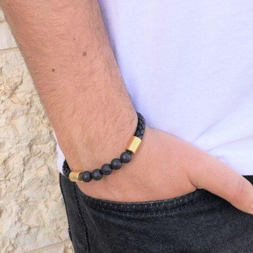 תמונה של דוגמן עם צמיד עור לגבר בצבע שחור וחרוזים שחורים