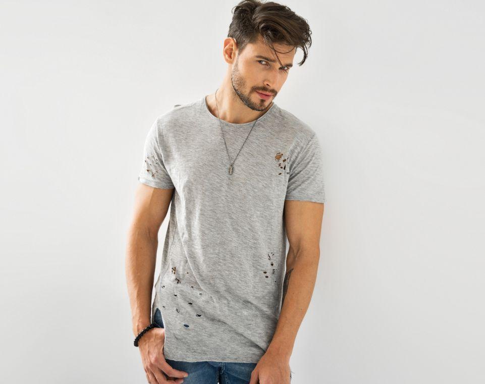 תמונה של בנאדם עם חולצה אפורה ועם תכשיטים לגבר