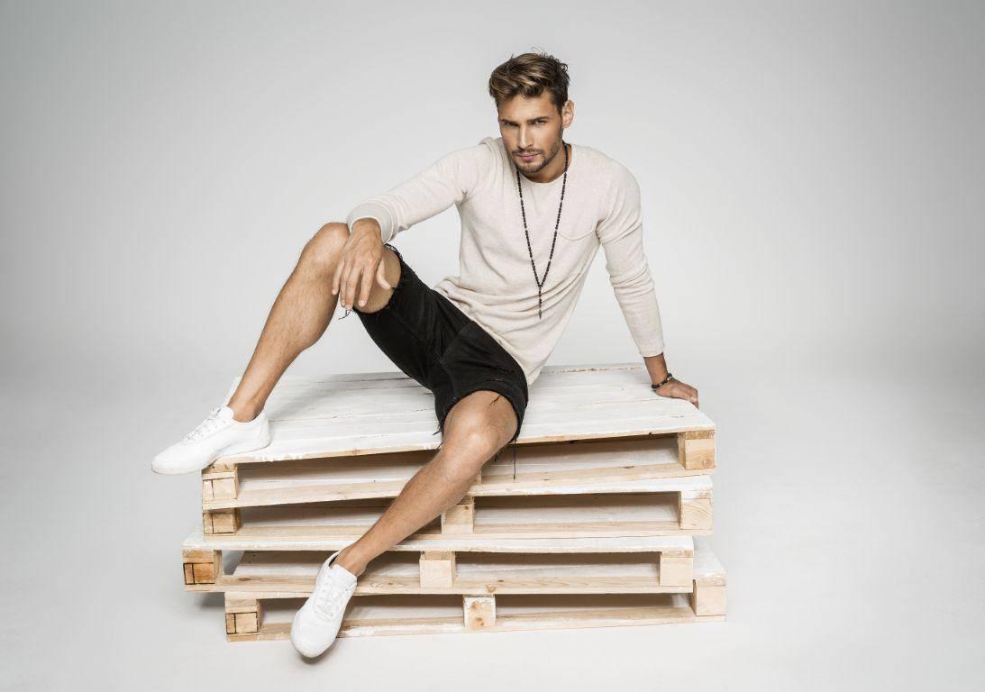תמונה של בנאדם יושב על רפסודה עם תכשיטים לגבר