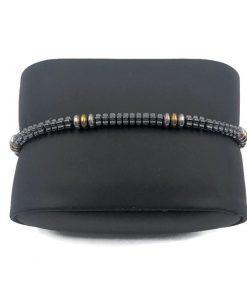 תמונה של צמידים מחרוזים קטנים בצבע שחור וזהב