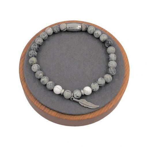 תמונה של צמיד אבני חן בצבע אפור עם תליו נוצה עדין
