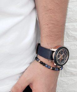 תמונה של דוגמן עם שעון יד לגבר בצבע שחור וצמיד לגבר חרוזים