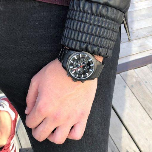תמונה של דוגמן עם שעון שחור מיוחד