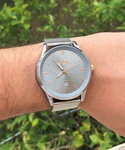 תמונה של דוגמן עם שעון פנטרה כסף בשילוב נחושת