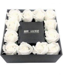 תמונה של קופסת מתנה גדולה עם פרחי סבון בצבע לבן