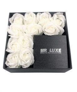 תמונה של קופסת מתנה לגבר בינונית בצבע שחור לבן עם פרחי סבון
