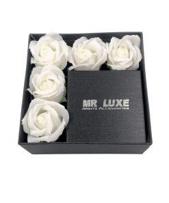 תמונה של קופסת מתנה לגבר בצבע שחור עם פרחי סבון לבנים