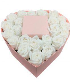 תמונה של מארז מתנה לב גדול עם פרחי סבון לבנים