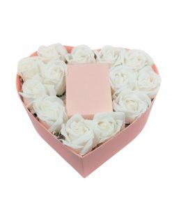 תמונה של מארז מתנה לב ורוד קטן עם פרחי סבון לבנים