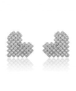 תמונה של עגילים מכסף בצורת לב עם שיבוץ שקוף