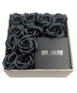 תמונה של מארז מתנה בינוני עם פרחי סבון בצבע שחור