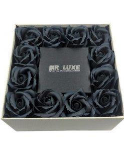 תמונה של מארז מתנה לבן עם פרחי סבון שחורים