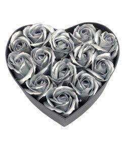 תמונה של קופסת לב בינונית עם פרחי סבון מיוחדים בצבע כסף