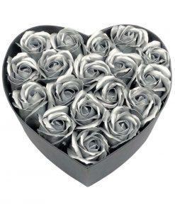 תמונה של קופסת לב גדולה עם פרחי סבון בצבע כסף