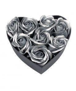 תמונה של קופסת לב קטנה עם פרחי סבון בצבע כסף