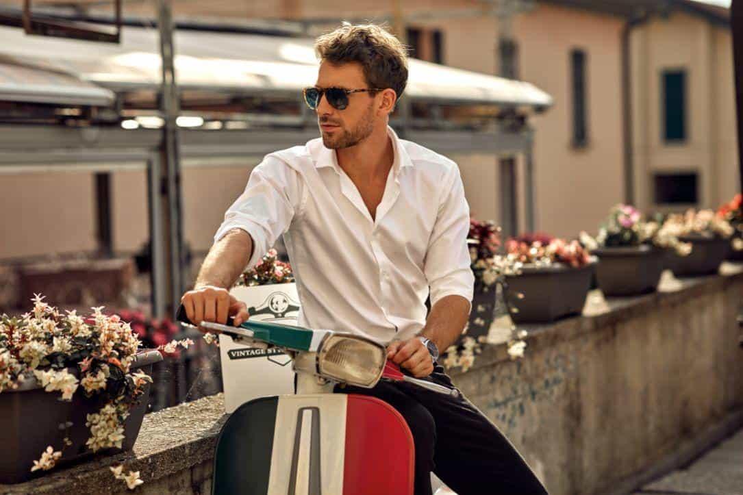תמונה של דוגמן תכשיטים לגבר על קטנוע
